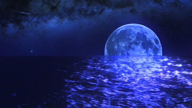 唯美梦幻的湖中蔚蓝明月视频素材