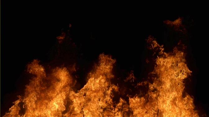 大火缓慢向上燃烧的视频素材