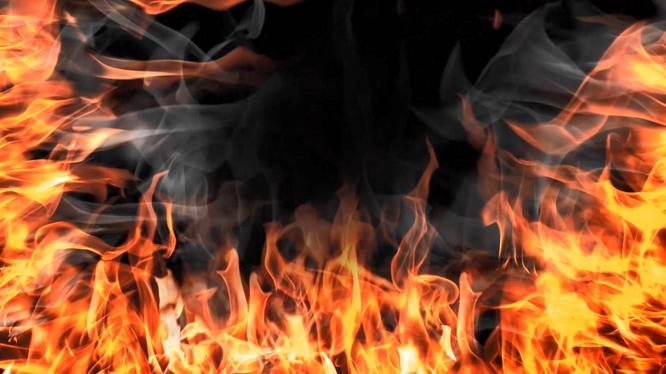 大火从两边燃烧起来的视频素材