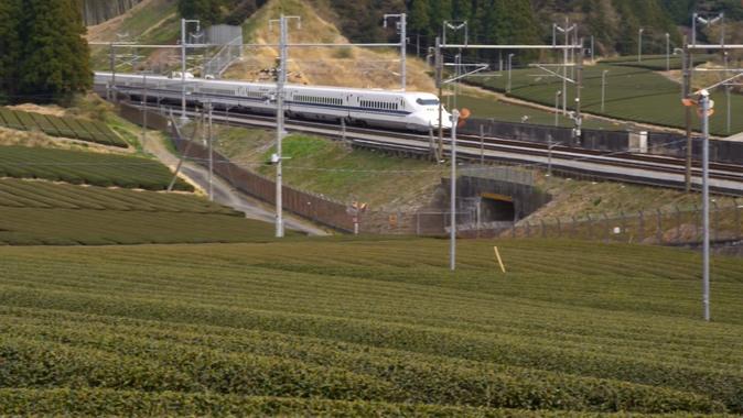 慢镜头下的高铁驶过农村小道的实拍视频