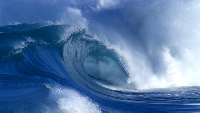 从右侧拍摄蔚蓝海水翻滚的实拍视频