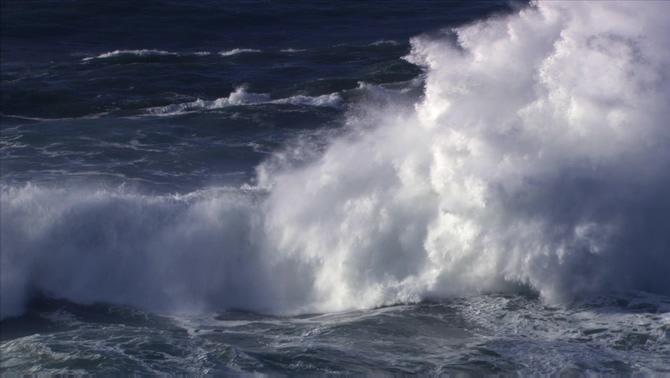 高清拍摄海浪腾空翻起的实拍视频