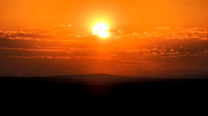 唯美梦幻的火红太阳落下的实拍视频