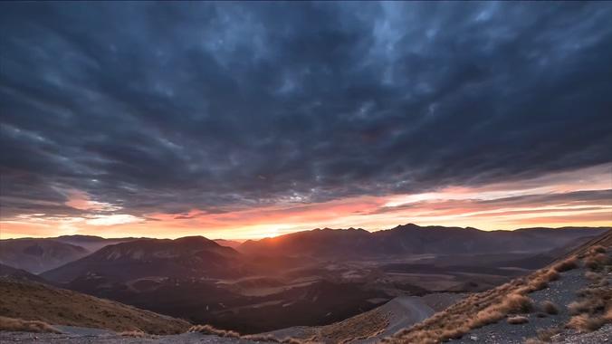 <s>浪漫唯美的山间日出升起的实拍视频</s>