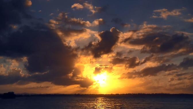 唯美梦幻的日落透过云彩的实拍视频