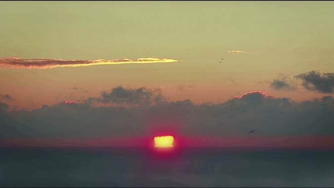 火红的太阳从云层中落出的实拍视频