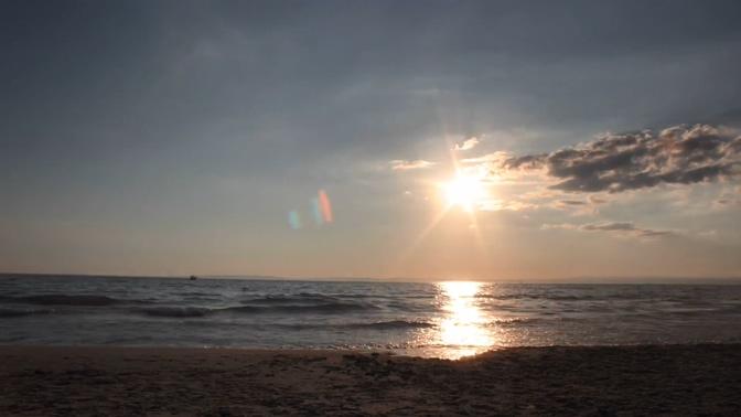 热辣的太阳从海平线上落下的实拍视频