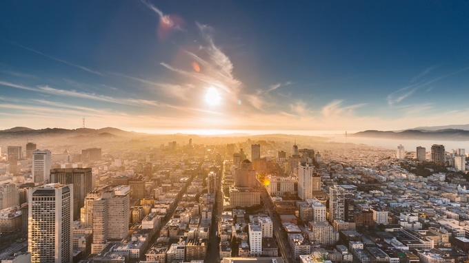 唯美的落日从城市上空落下的实拍视频