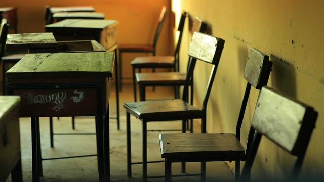 老旧的校园书桌椅子视频素材