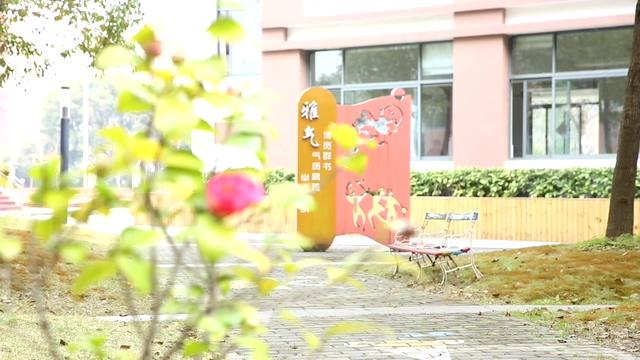时尚清新的校园角落鲜花盛开的视频素材(有声音)