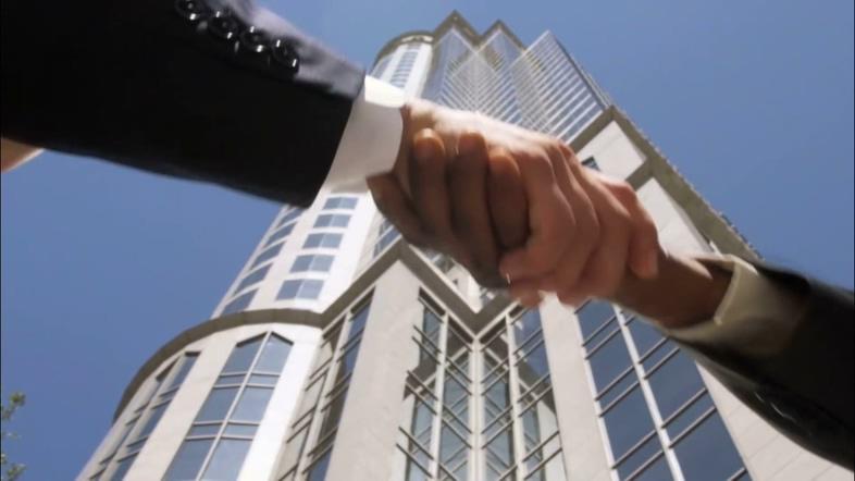 在大厦下面握手的商务合作视频素材