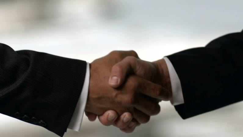 两只手紧紧握在一起的商务握手视频