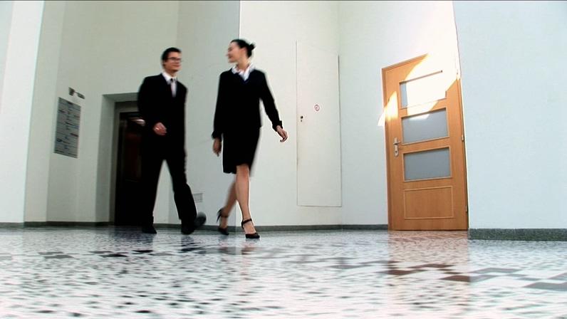 走出电梯的商务人物视频素材