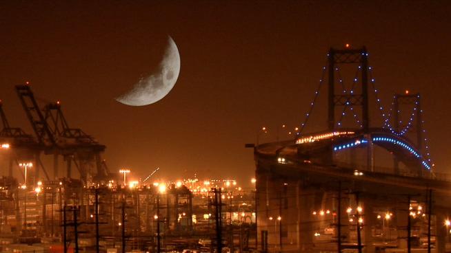 以月亮为背景的城市夜景实拍视频