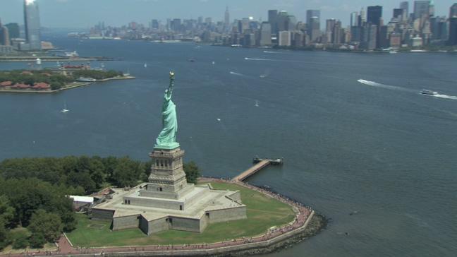 雄伟壮观的自由女神像航拍视频