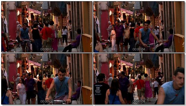 城市的小巷中人群拥挤的实拍视频