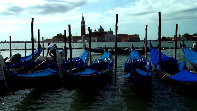 蓝色船只在海上摇曳的实拍视频