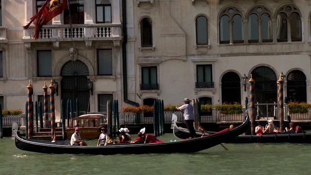 近距离拍摄威尼斯人们出行方式的实拍视频