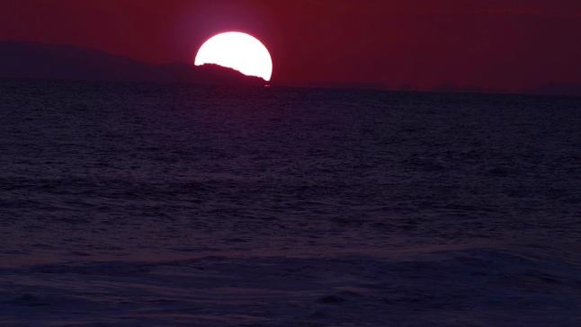 唯美梦幻的海岸边黄昏日落的实拍视频