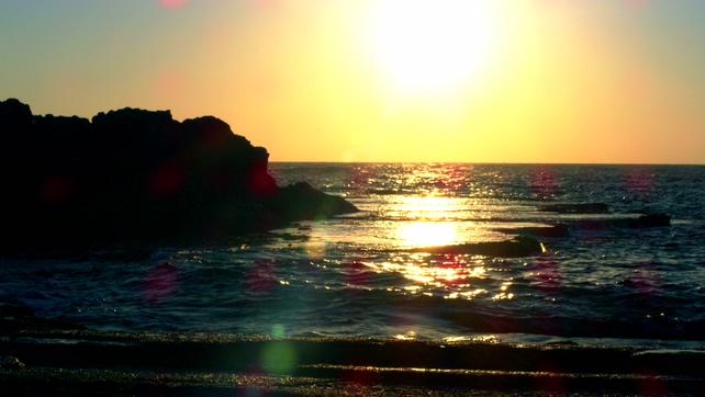 唯美梦幻的海岸边日落的实拍视频