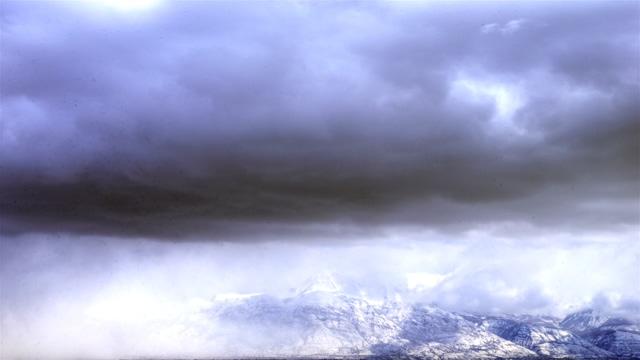 白云向右边屏幕快速移动的实拍视频