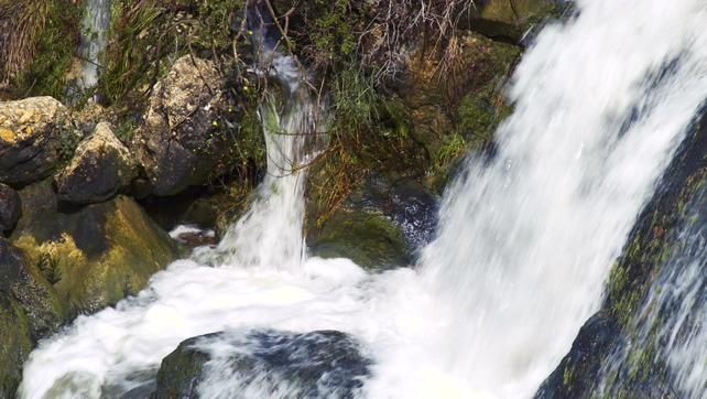 山间溪水拍打在岩石上的实拍视频