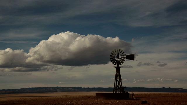 云彩移动风车转动的实拍视频