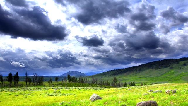 云彩快速移动过草原上方的实拍视频